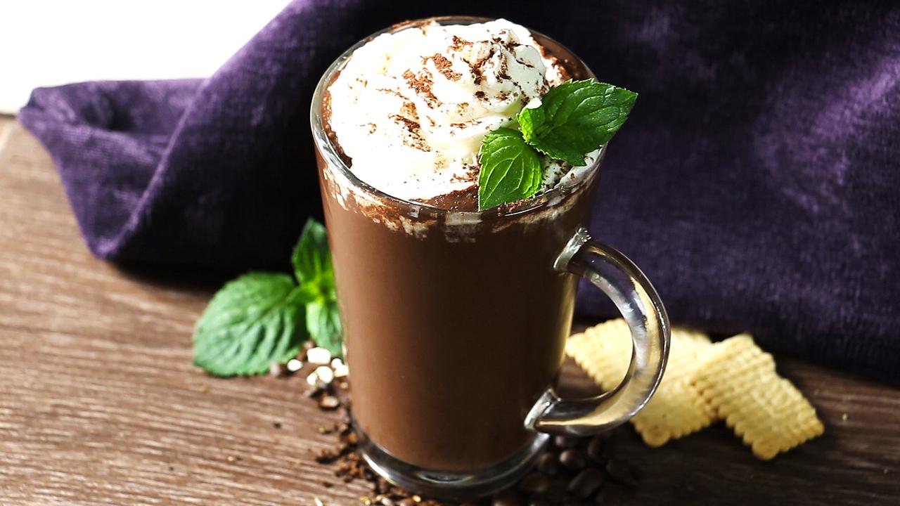 Smoothie mit Banane, Kaffee und Haferflocken