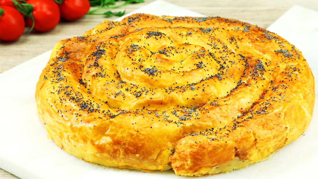Frisch aus dem Ofen   Blätterteig Schnecke, gefüllt mit Schinken und Mozzarella