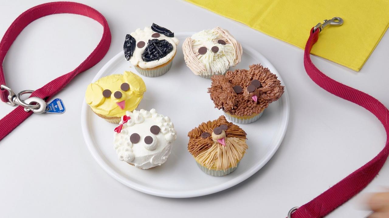 Niedliche Cupcakes mit Buttercreme, die wie Hunde aussehen