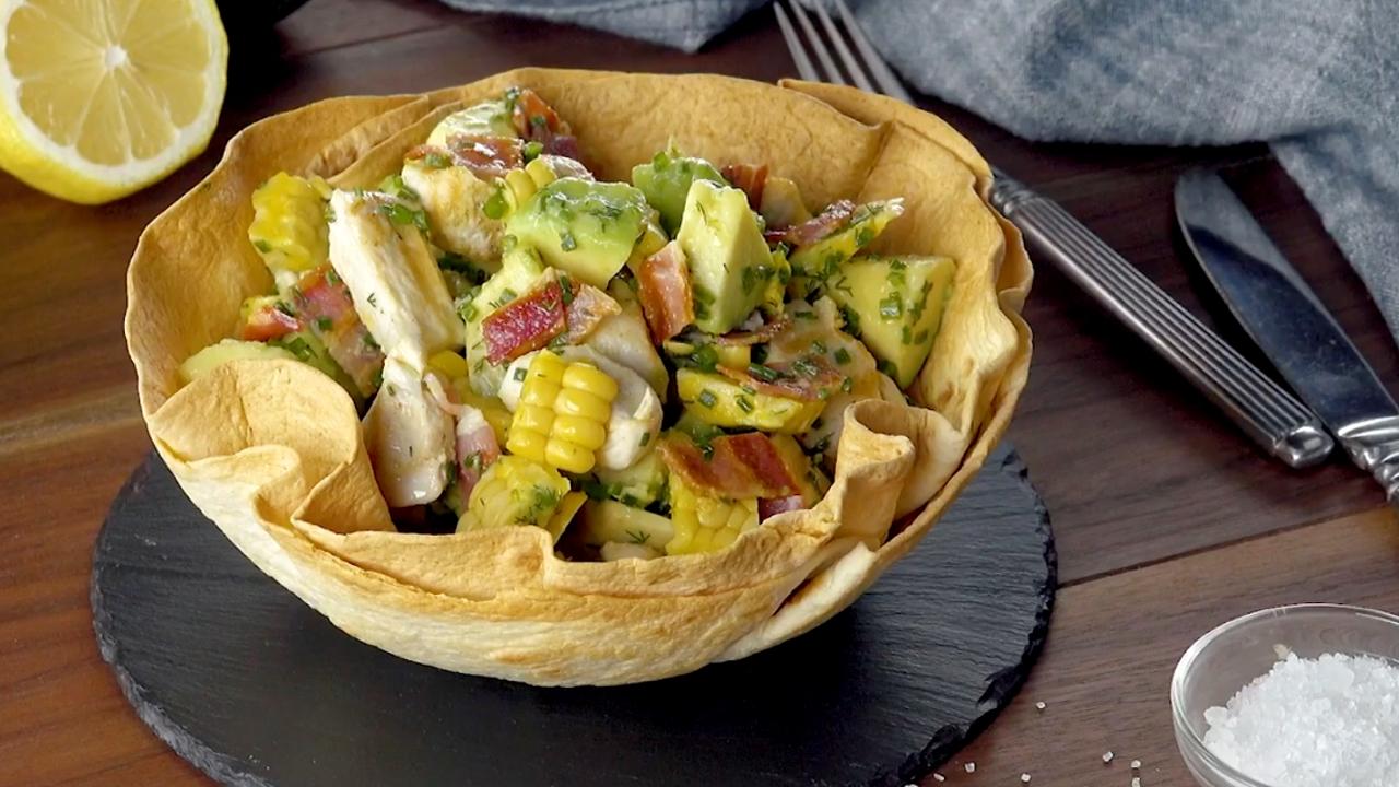 Avocado Hähnchen Salat in essbarer Tortilla Schüssel