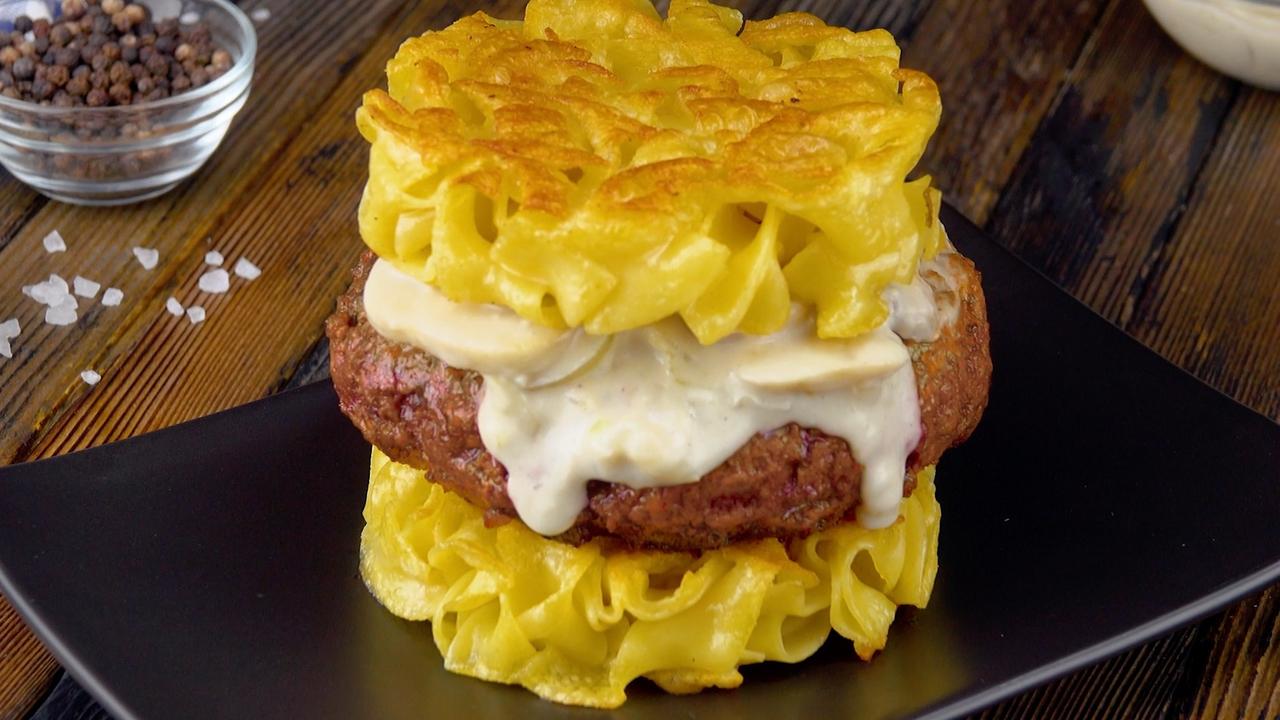 Bœuf Stroganoff Burger mit Nudeln und Champignons