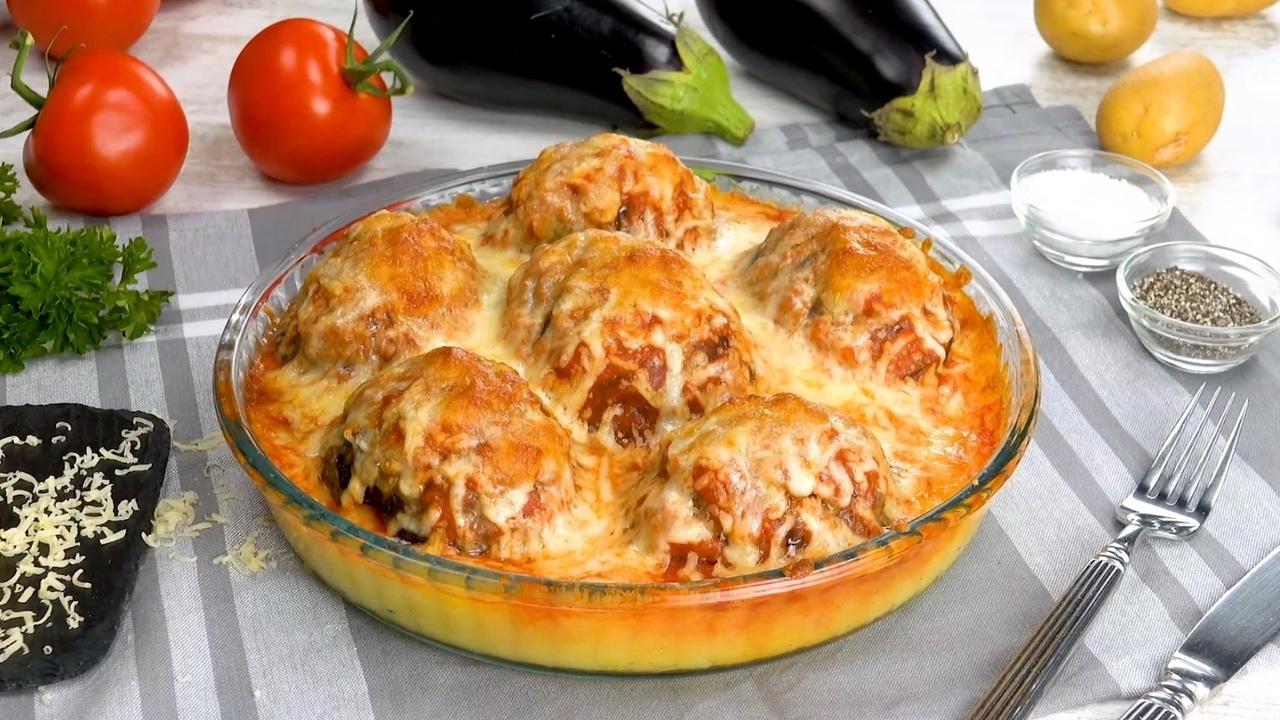 Köstlicher Auflauf: mit würzigem Hackfleisch gefüllte Aubergine auf Kartoffeln