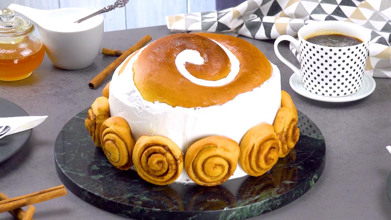 Ein Kuchen mit Zimtschnecken in XXL-Format und Sahne