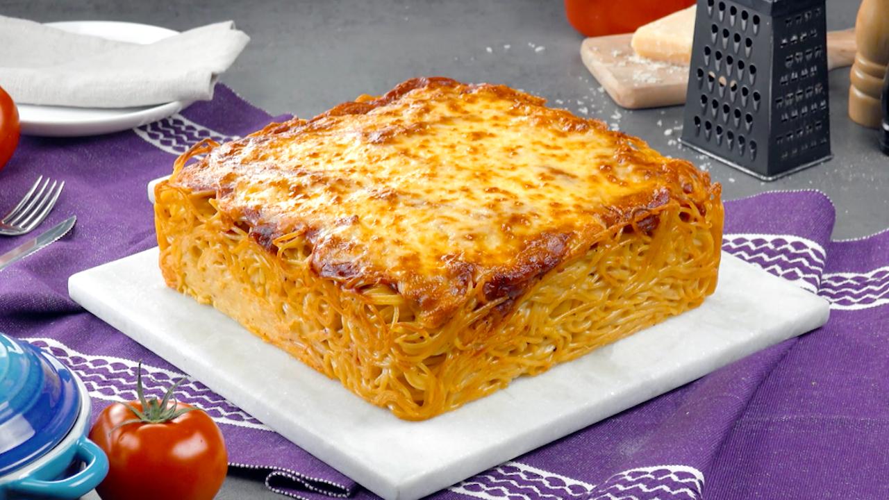 Herzhafter Spaghetti-Kuchen mit Schnitzel und viel Käse
