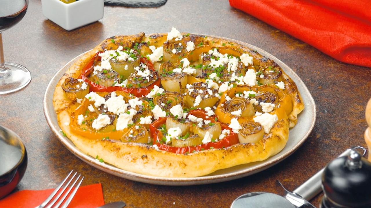 Pizza aus der Pfanne mit Paprika und Zwiebeln