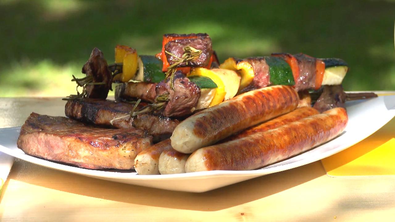 Gegrilltes Fleisch und Gemüse auf einem Teller angerichtet