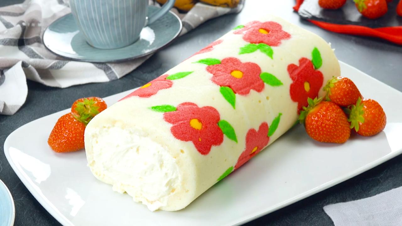 Florale Biskuitrolle mir Frischkäsecreme und Erdbeeren