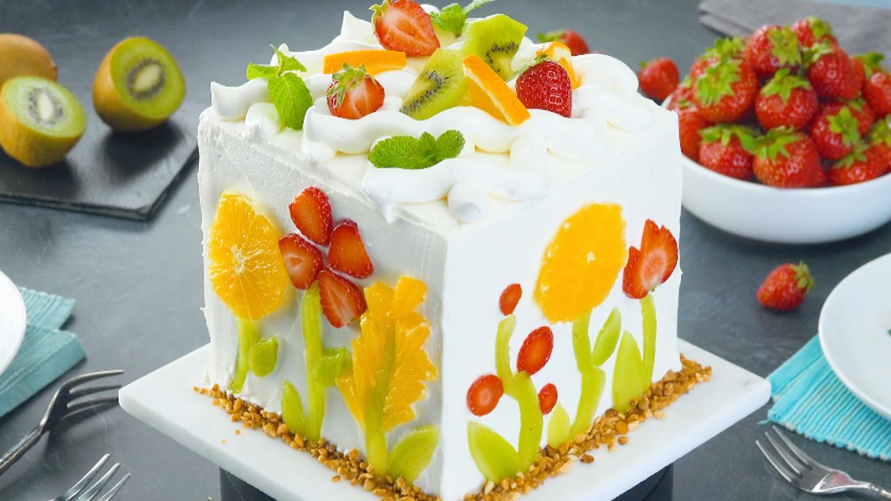Obstkuchen mit Biskuitteig und weißer Schokocreme
