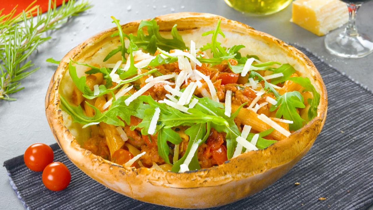 Pasta in Pizzateig mit Salsiccia und würziger Tomatensoße