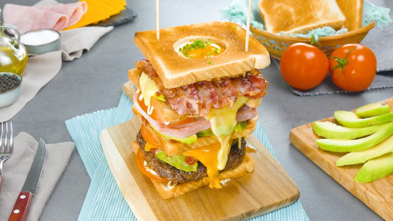 Leckerer Hochstapler! Sandwich Turm mit Avocado, Bacon, Käse