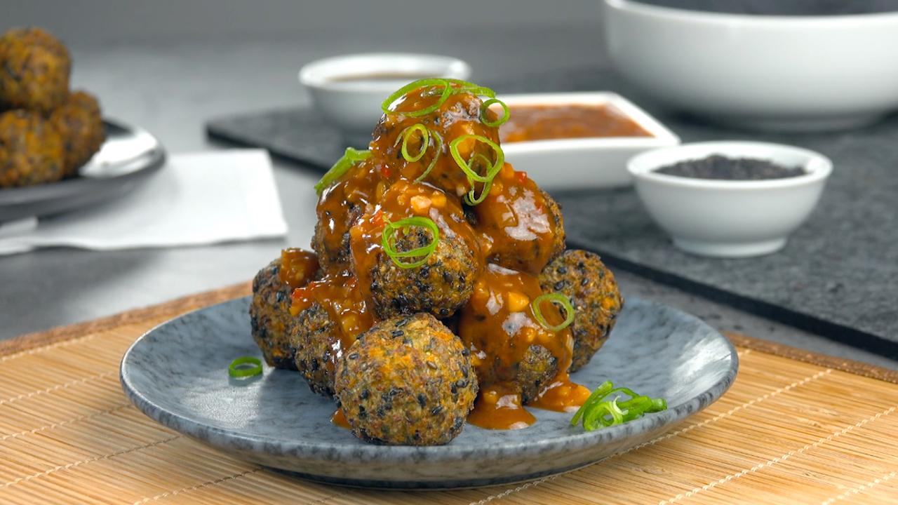 Frittierte Gemüsebällchen mit Spitzkohl und schwarzen Sesam