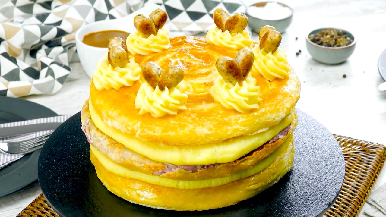 Hübscher, herzhafter Kuchen mit Rotkohl, Bratwürstchen, Blätterteig und Kartoffelpüree