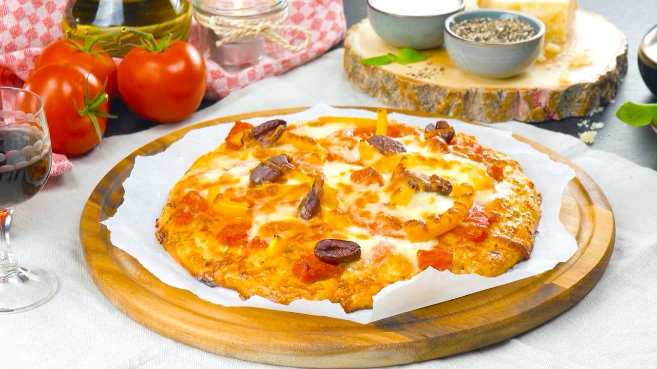 Pizza aus Hähnchenbrustfilet und Mozzarella