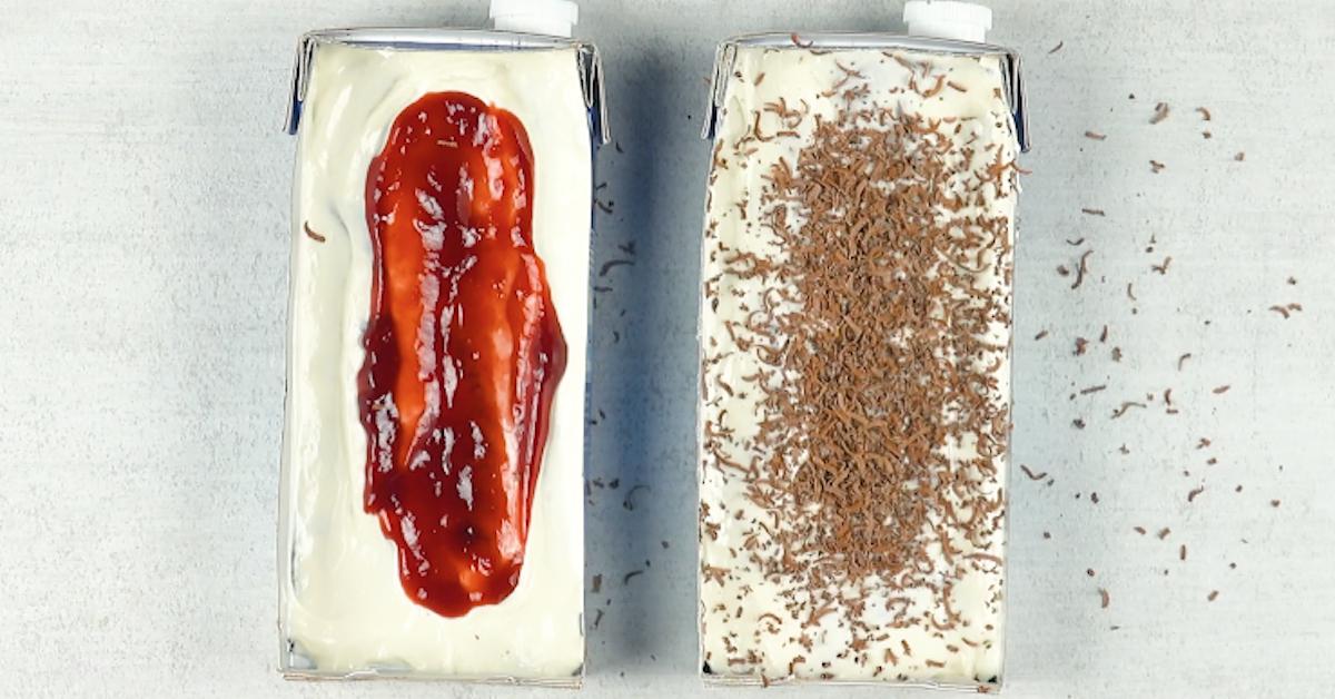 Köstliches Schichtdessert mit Crêpes, Brownie und Marmelade