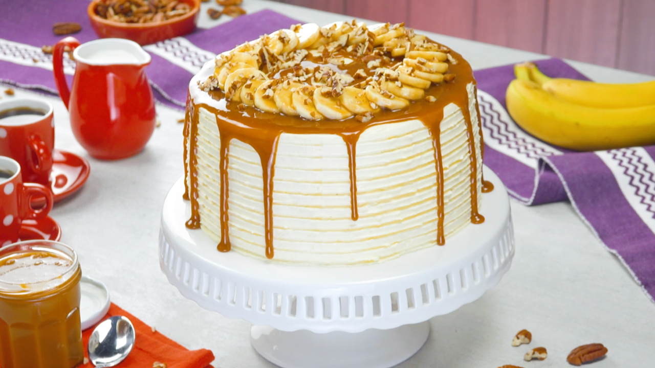 Saftiger Kuchen mit Buttercreme, Karamellsoße und Bananen