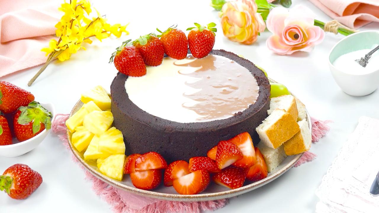 Schokoladenkuchen, gefüllt mit Schokofondue