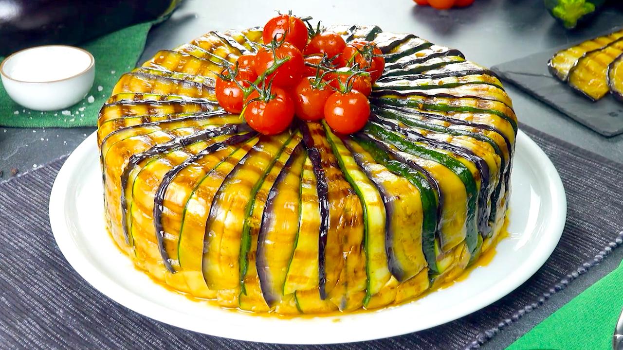 Auberginen Zucchini Kuchen wird serviert