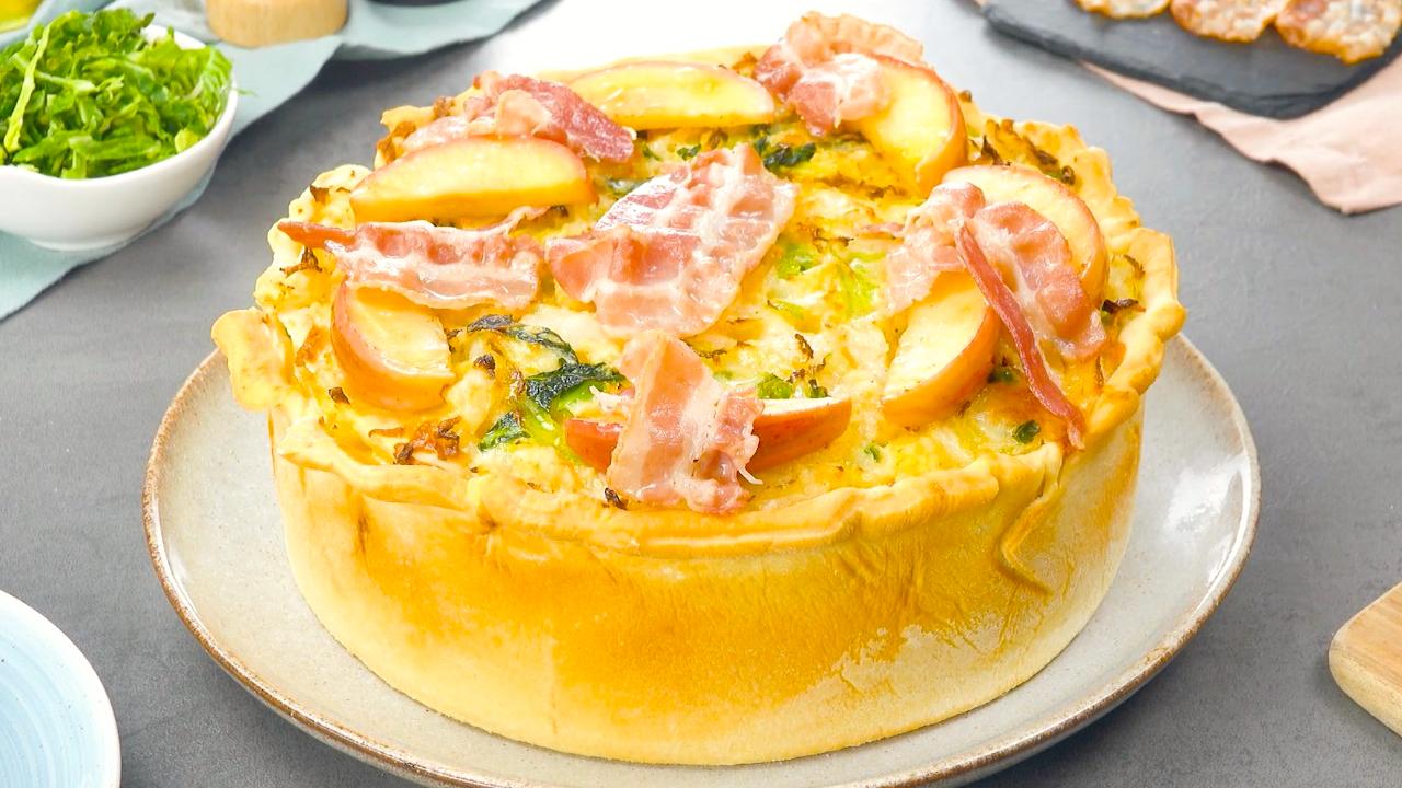 Köstliches Gericht – Pizzateig mit Wirsingkohl und in Speck gehüllte Äpfel
