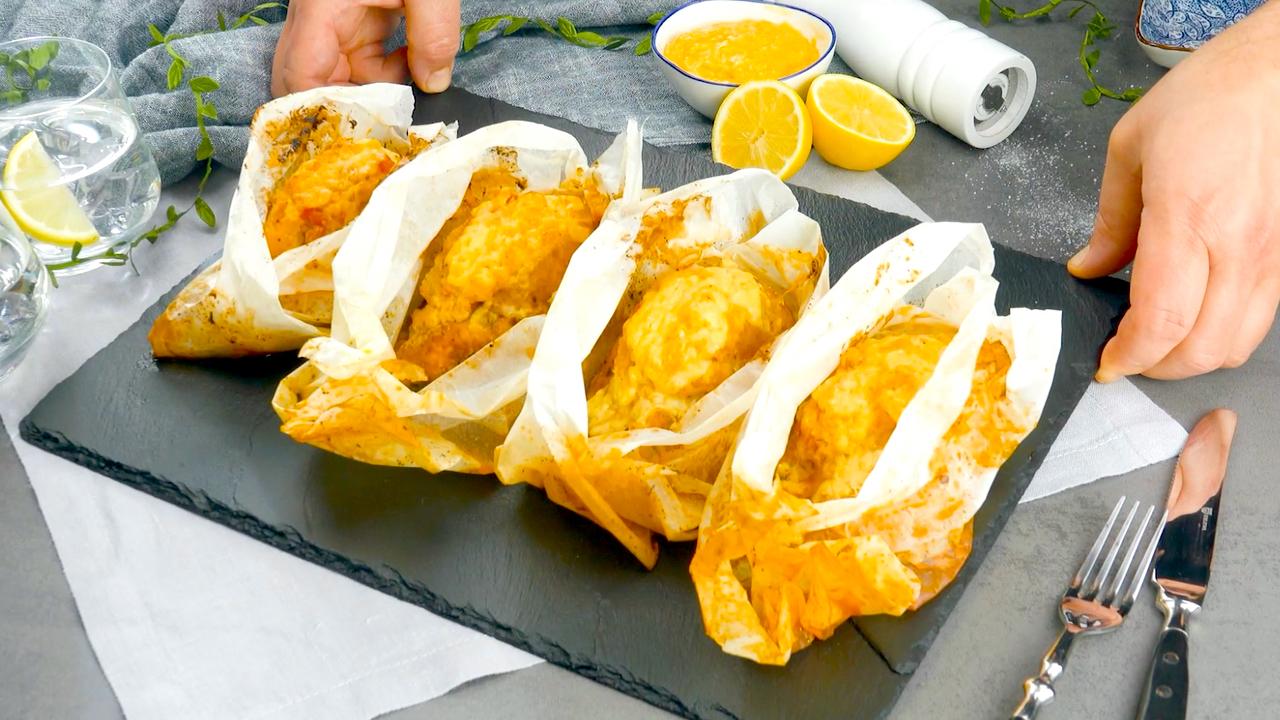 In Backpapier gewickelte Hähnchenbrust, nach dem Backen im Ofen