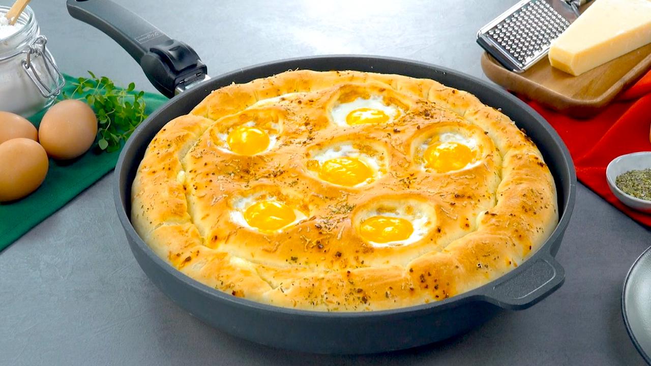 Pfannenpizza mit Eiern und Mozzarella