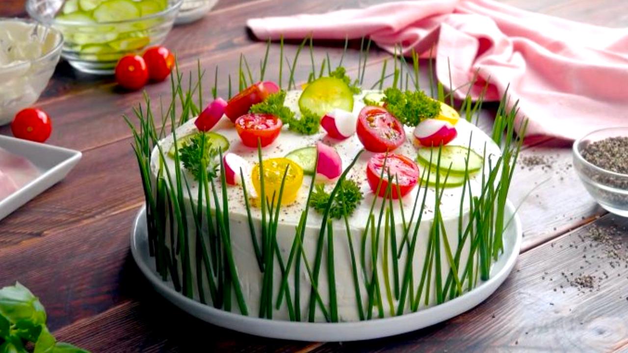 Hübsche Sandwichtorte mit Frischkäse und Gemüse