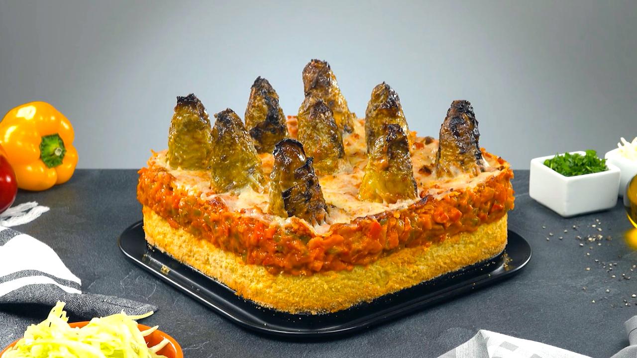 Fertiger Auflauf aus Spitzkohl, Stampfkartoffeln, Hackfleisch und Paprika Ragout