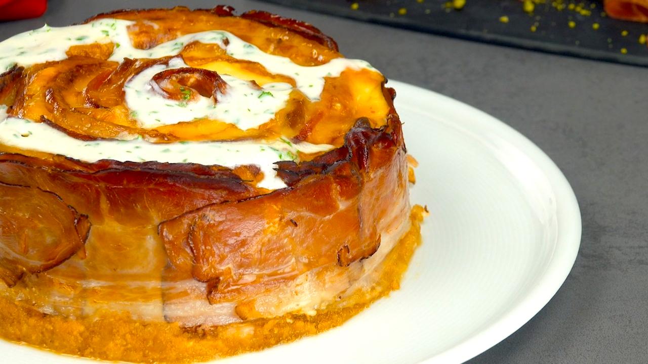 Schweinerücken Kuchen mit Käse und Schinken, nach dem Backen