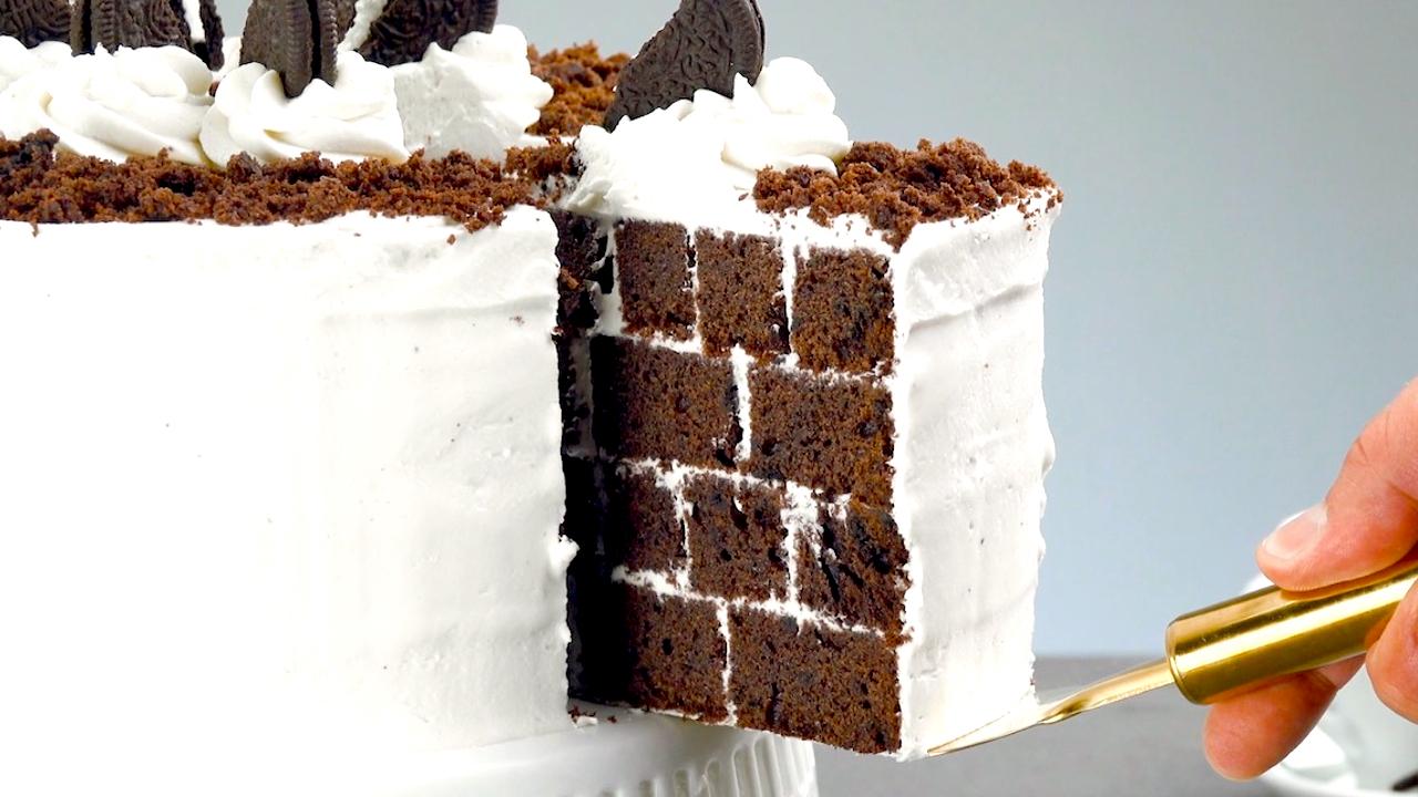 Oreo Kuchen beim Anschneiden