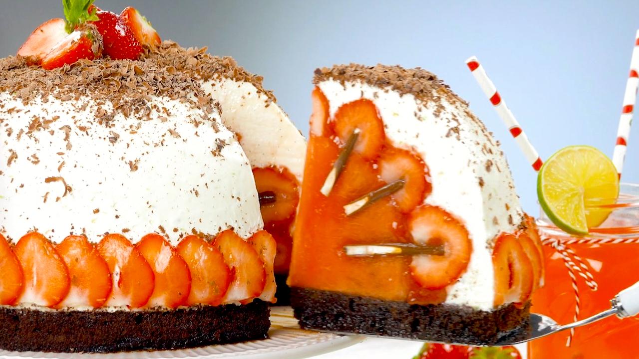 Brownie mit Melone, Erdbeeren und Mikado Stäbchen