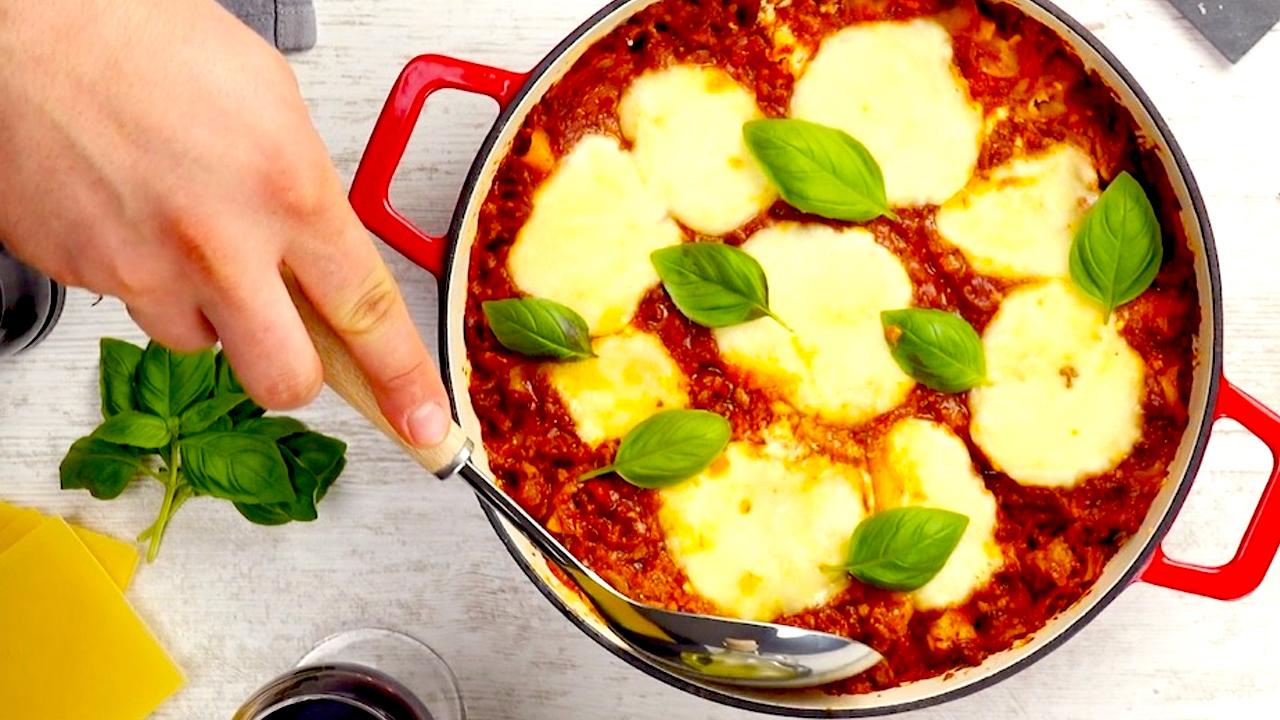 Lasagne bolognese wird serviert