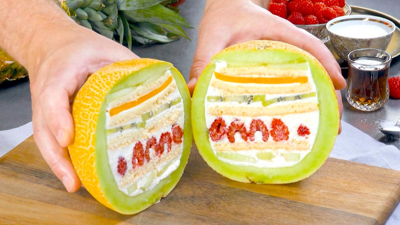 Gefüllte Melone mit Biskuit, Himbeeren, Kiwis, Mango und Creme