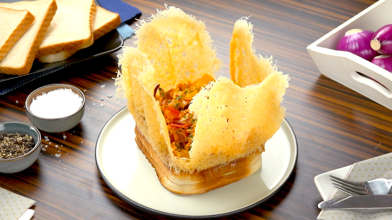 Fertiges Toastbrot mit Käsekrone und Rührei
