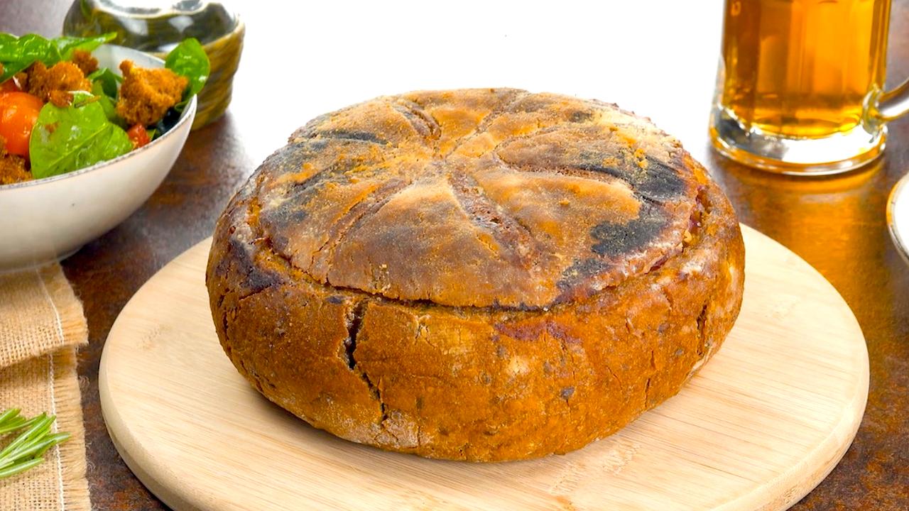 Fertiges Gefülltes Brot mit Rindersteak und Babyspinat