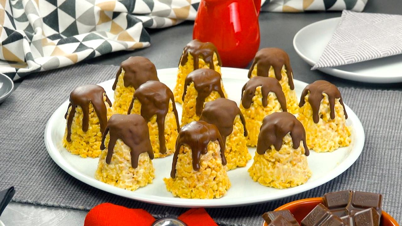 Mit Schokolade überzogenes Gebäck in süßer Zipfelform